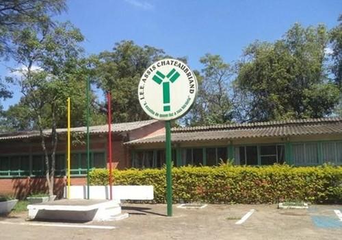 Adolescente ataca alunos e professor dentro de escola com golpes de machado